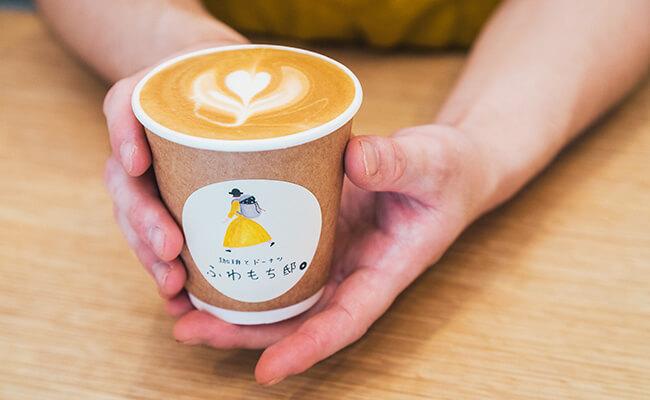 用賀『珈琲とドーナツ ふわもち邸』のカフェラテ