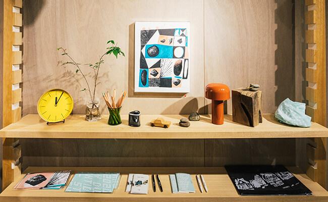 『HIGHTIDE(ハイタイド)』の商品とアーティスト・佐々木亮平さんの作品
