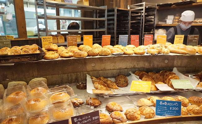京都『たま木亭』の店内に並ぶパン
