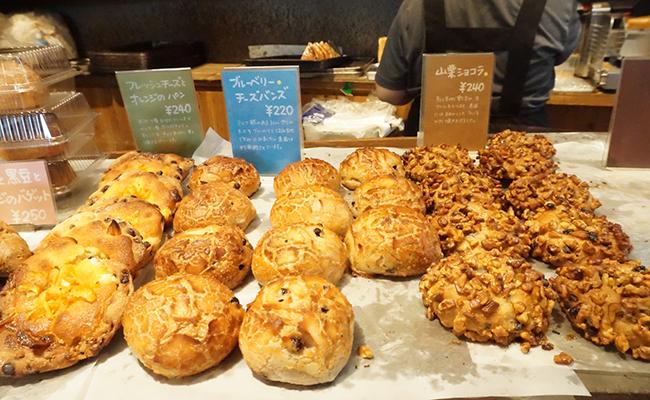 京都『たま木亭』に並ぶパン