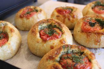 トマトを丸ごとパンに詰め込んだジューシーなパン!五反野のベーカリー『Tempus』の「トマトファルシ」
