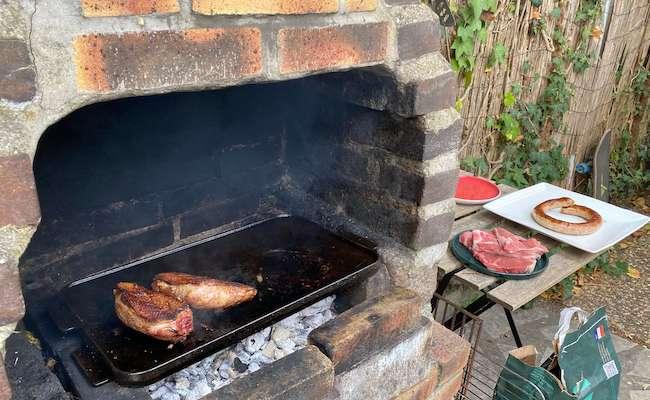 鴨肉のローストを焼いている風景