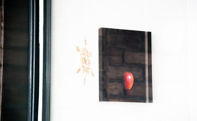 店内に飾られたりんごの絵
