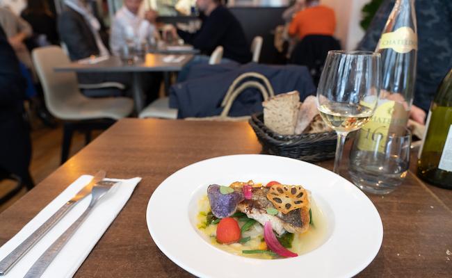 白身魚のポワレ、バジル風味の野菜添え