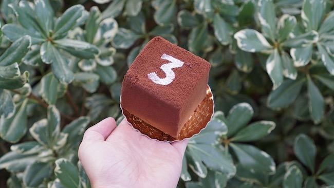 「3(トロワ)」のマークがトレードマークの『LES TROIS CHOCOLATS(レ・トロワ・ショコラ)』