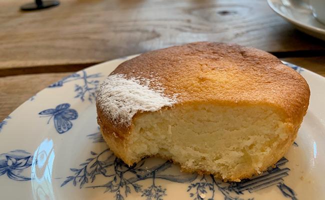 パリのカフェ『MARCELLE(マルセル)』のレモンケーキ