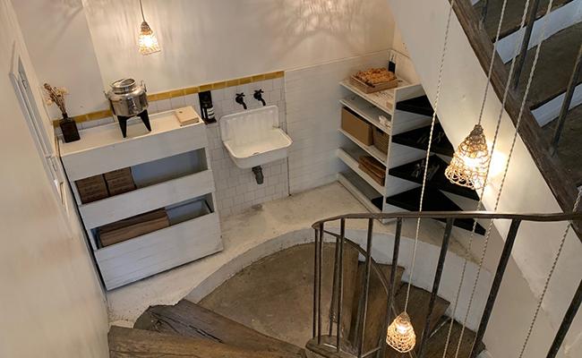 パリのカフェ『MARCELLE(マルセル)』の階段