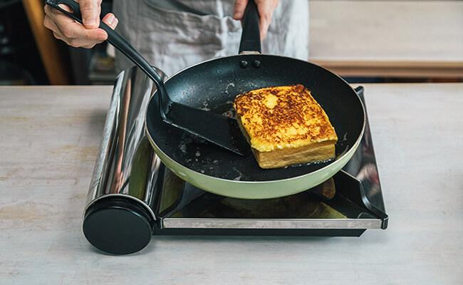 フライパンでフレンチトーストを焼く様子