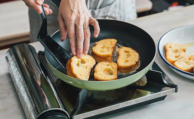 フレンチトーストを焼く様子