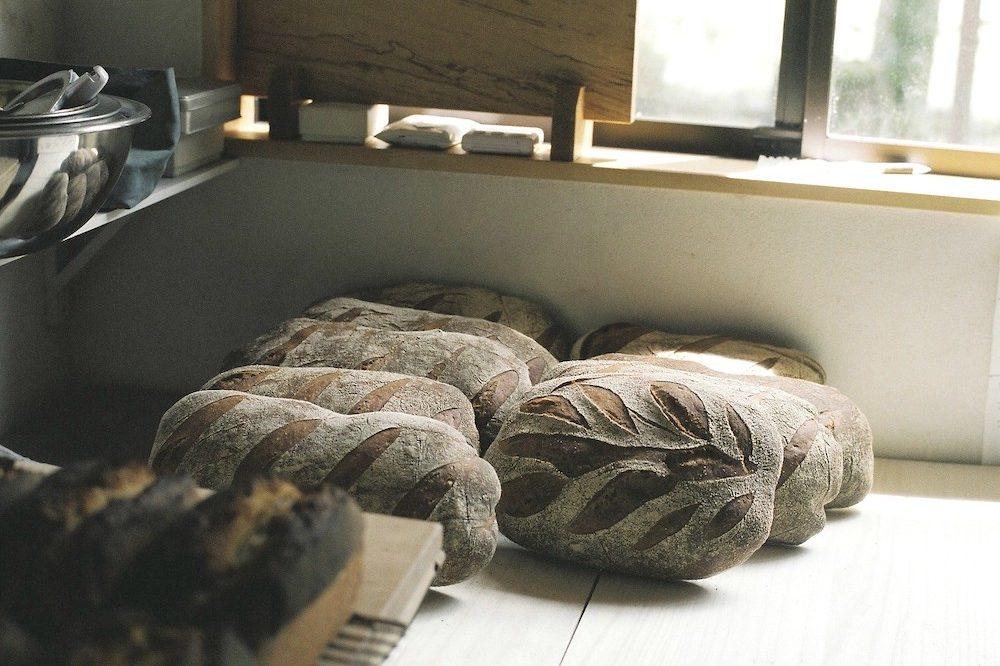山の麓から糧となるパンを。手でこねて薪窯で焼くパン屋『薪火野』