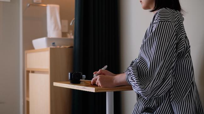 『LYURO 東京清澄』のお部屋の小さなデスク