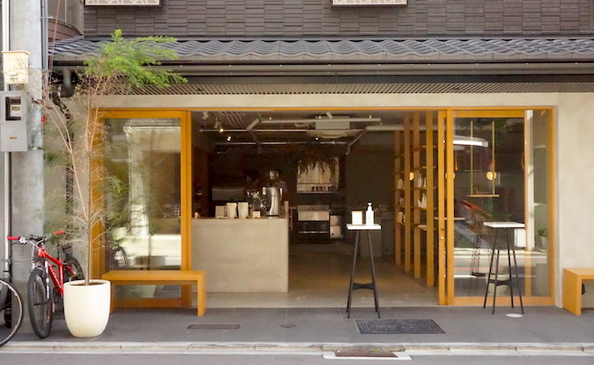 メニューはドリンクとカヌレのみ。コーヒーバリスタが開いたカフェ 京都『here』