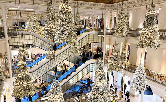 パリのクリスマスに遠慮はなし!吹き抜けを使った豪華なイルミネーション
