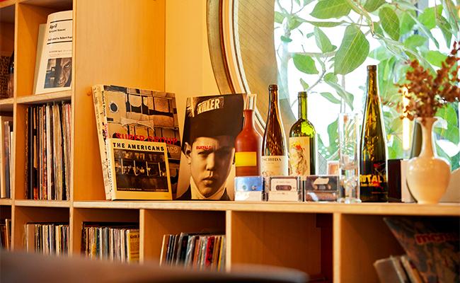 レコード蒐集が趣味の原さんがセレクトしたものが店内にも