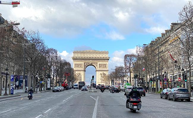 いつでも美しいシャンゼリゼ大通りにどっしりかまえる凱旋門。写真スポットの順番待ちも今はまったくありません
