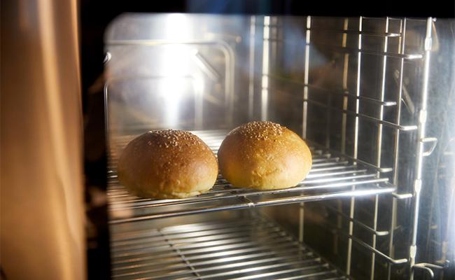 バンズに使うパン生地は、仕入先から半生状態で届き、注文が入ってから店内に設置されたスチームオーブンで焼き上げています。