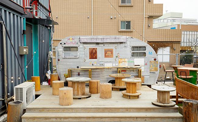 施設内にはテントやベンチも設置されているので、天気のいい日は、青空の下で食べるのも気持ち良さそうです。