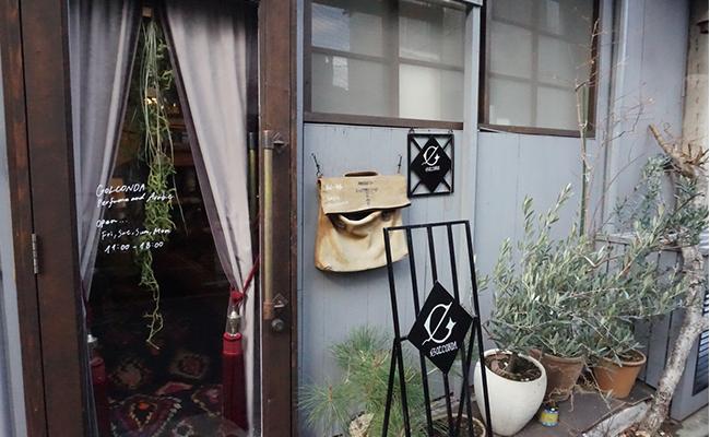 京都市バス「建勲神社前」または「千本鞍馬口」より徒歩5分の閑静な住宅街。京都の古い建物が残る、趣のある場所に『GOLCONDA(ゴルコンダ)』という小さなお店があります。