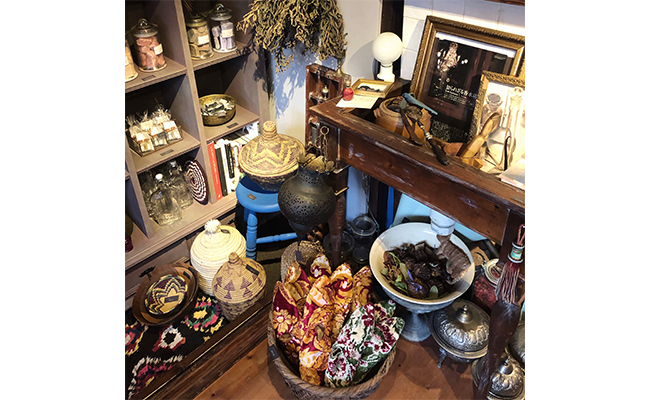 店頭に並ぶ香りにまつわるアイテムやモロッコ雑貨は、すべてオンラインショップでも購入できます。買い付け商品は1点ものの場合があるので、ラインナップはその時々。