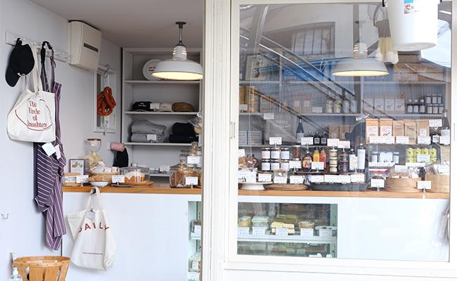 白を基調とした店内には、ホームメイドの惣菜や焼き菓子、おしゃれなキッチン雑貨がたくさん!