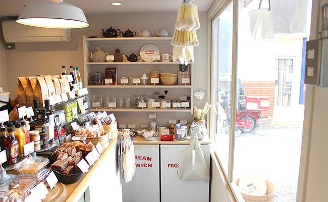 陽光射し込む明るい店内。かわいいキッチン雑貨