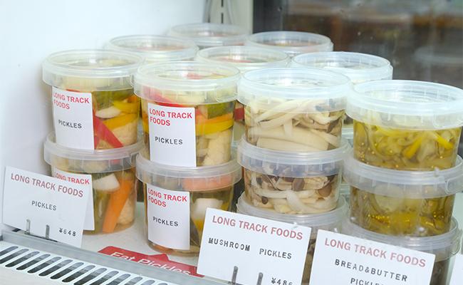 ピクルスやディップ、焼き菓子は近所の工房で作られて運ばれてくる