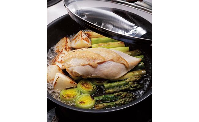 両面に軽く焼き色がついたら②の鶏もも肉を皮目を上にして戻し入れ、分量の水を鍋肌から回し入れ蓋をして4分ほど蒸します。