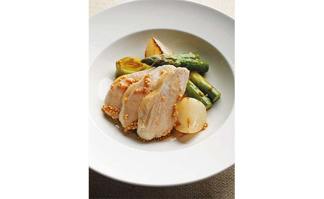 お皿に野菜とスライスした鶏もも肉を盛り、ヴィネグレットソースをかけたら完成です!