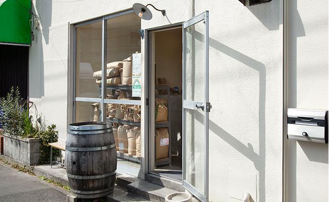 通り越しでもよく見える店内の棚には、茨城の「ゆめかおり」や岩手の「ねばりごし」、福岡の「ミナミノカオリ」など、さまざまな産地の小麦粉袋が並びます。