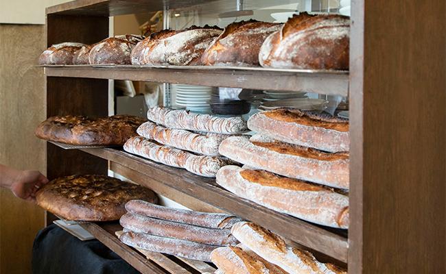 どのパンにも個性と特徴があるため「おすすめは?」と聞かれるよりも、「この料理に合うパンは?」と聞かれた方がアドバイスしやすいと話します。
