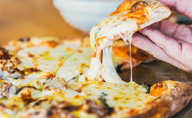 「クレイジーマルゲリータ」には、なんと通常の約3倍のモッツァレラチーズが!ボリューム満点ですが、次から次へと食べられてしまうおいしさです