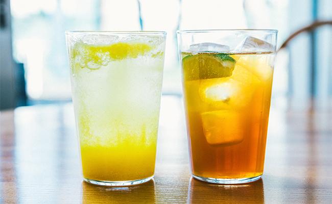 左から、みかんと青柚子を使った「発酵ジュース」と優しい甘みと香ばしさが特徴の「ほうじ茶コーラ」。
