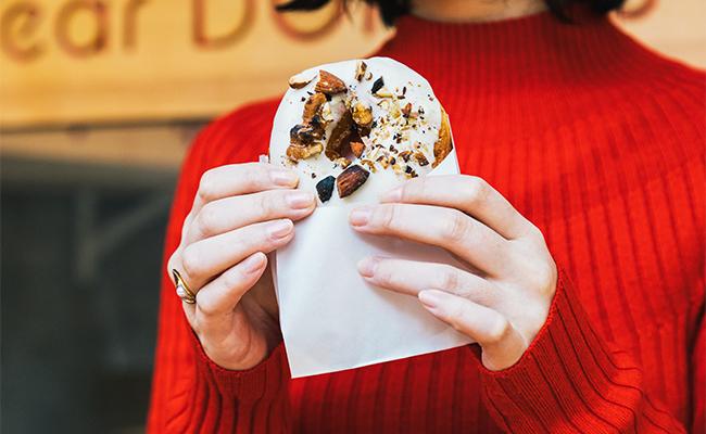 ホワイトキャラメルナッツは、くるみのヌガーを包んだゴージャスなドーナツ!