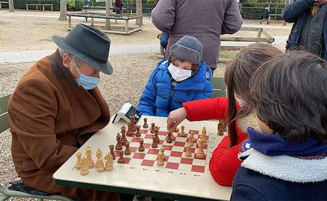 スポーツからチェスまで、いろんな楽しみ方ができる公園