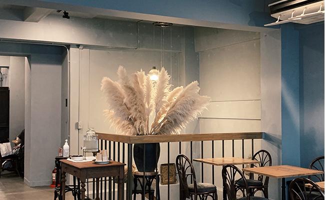 窓際からやわらかな光が差し込む店内では、友人とのおしゃべりを楽しむ人や、読書を楽しむ人など、思い思いに過ごすお客さんの姿が見えました。