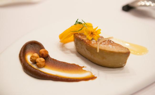 指揮を取るのは、3つ星レストラン『Le Suguet』のミシェル・ブラス氏