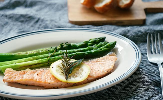 ローズマリーやタイム、セージなどは、お肉や魚、野菜と一緒に過熱して使うのがおすすめです。
