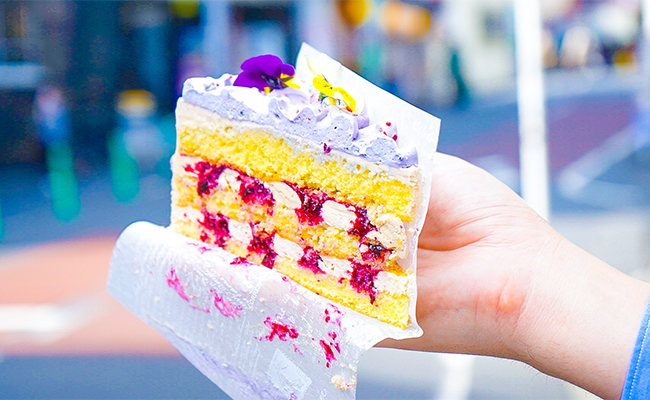 つづいてはスミレとカシスのケーキ「ヴィオレッタ」