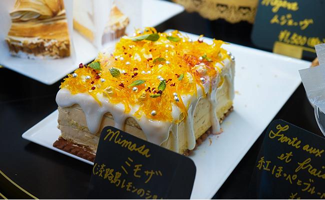 こちらも春のケーキ「ミモザ」。