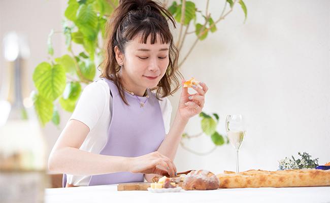 「トラディション」には、バターとアプリコットのジャムを添えて。ちなみにトシさんがおすすめしてくれた食べ合わせです。ひと口食べると病みつきに!