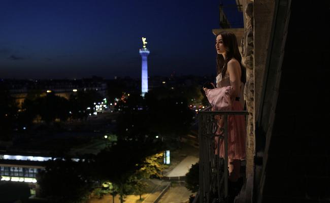シーンごとのカラフルなファッションに注目!『エミリー、パリへ行く』