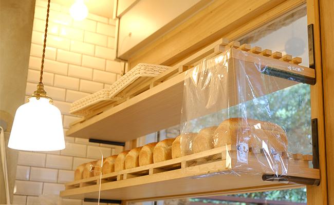 パテのサンドイッチ以外に、『ブクタン』で見つけためずらしいパンといえば、全粒粉100%の食パン。
