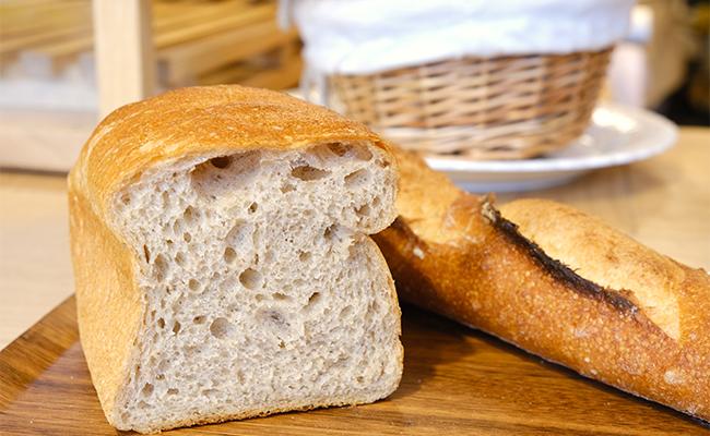 「普通小麦とブレンドして、全粒粉20%や30%くらいがおいしいラインだと思われている方も多いですが、うちの100%の食パンを食べて驚いたという声を多くいただきます。