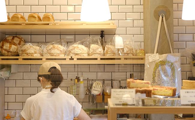 他にも、品種改良されていない「古代小麦」というミネラルや食物繊維が豊富な小麦を使ったカンパーニュや、定番のクロワッサン、シナモンロールなどのおやつパン、おかずにもなるキッシュなど、30〜40種類ほどのパンがショーウィンドーに並びます。