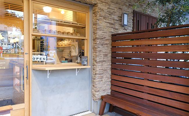 お店の中でパンを選んだら、ベンチのある外空間で商品を受け取りましょう。