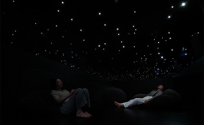 ライトがまるで星々のように光る「Open Up」は、野外で空を眺めているような気分に浸ることができます。