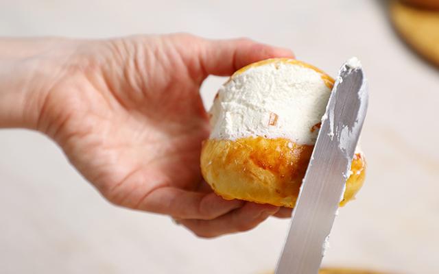 たっぷりクリームに好きな具材を入れて!おうちでマリトッツォ作り