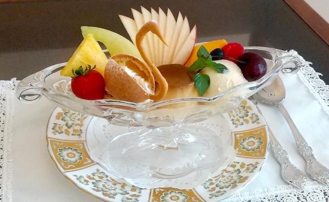 固めプリンに、シュークリーム!ひと皿で盛り沢山な「プリンアラモード」