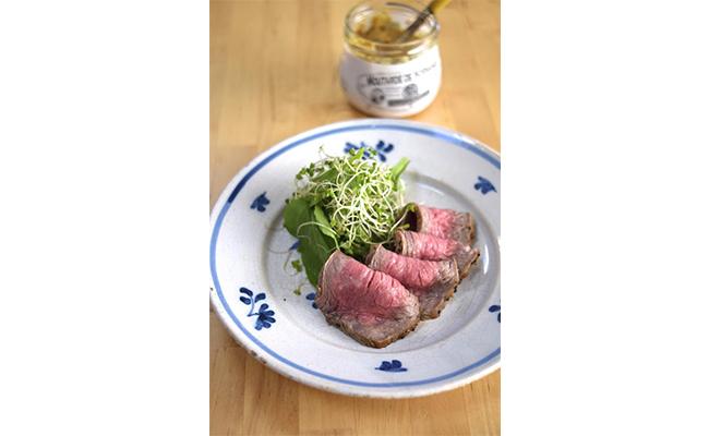 「私のおすすめはステーキ!お肉を焼いてマスタードを付けて食べる。これがシンプルでとてもおいしいんです。