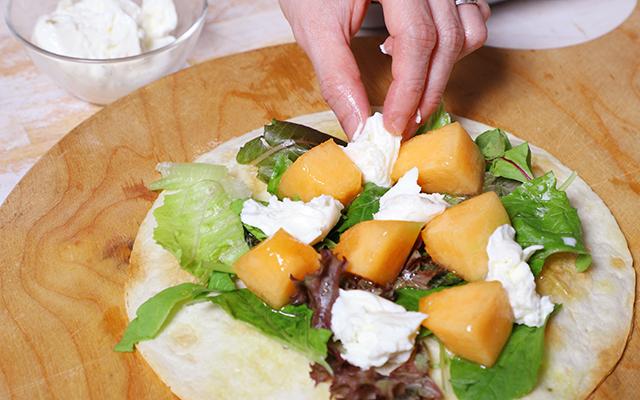 食べやすい大きさに切ったメロン、モッツァレラ、ラディッシュ、葉物野菜をのせ、その上に小さく切ったプロシュートをのせます
